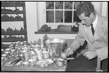 20033-18-22-13 De 23-jarige Huibert van den Berg aan het werk in de tingieterij van het Zakkendragershuisje in Delfshaven.