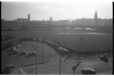 20033-23-3 Overzicht helikoptervliegveld Heliport aan de Hofdijk met in de verte spoorviaduct aan het Pompenburg, ...