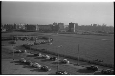 20033-24-9 Overzicht helikoptervliegveld Heliport aan de Hofdijk met in de verte de Incasso Bank op de hoek Pompenburg ...