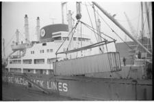 20034-30-19 Bij Muller-Progress aan de Merwehaven ligt het ss Mormacscan van de Moore McCormack Lines geladen met ...