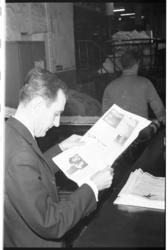 20034-39-6 Redacteur Ruud Haak leest weekkrant 'Wacht te kooi', een krant voor zeelieden.