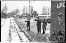 20034-75-6 Mensen op station Spijkenisse zwaaien naar de laatste RTM-tram die een tramdienst onderhoudt met ...