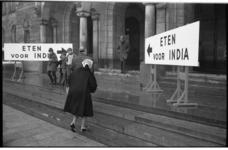 20034-78-22 Inzamelactie op stadhuis in kader van 'Eten voor India' in verband met hongersnood.
