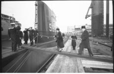 20035-11 Mevrouw M. Wieffering-Otto gaat aan onderzeeboot de Tonijn S805 boord in verband met overdracht van de ...