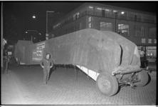 20035-31-20 Nachtelijk transport op Beursplein met een roltrap voor de Hema.