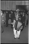 20035-39-26 Straatmuzikant een soort Koperen Ko (niet de echte) bij festiviteit rond huwelijk van Prinses Beatrix met ...