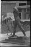 20036-43-22 Het beeld l'Homme qui Marche van Auguste Rodin op de Joost Banckertsplaats. Op de achtergrond is een klein ...