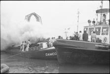 20036-50-17 Brand aan boord van binnenvaartschip Damco 82 in de Waalhaven. Op de achtergrond zichtbaar het bovenste ...