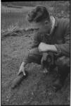 20037-18-40 Medewerker van grondbedrijf Paans toont een gevonden brisantgranaat die tevoorschijn kwam bij werkzaamheden ...
