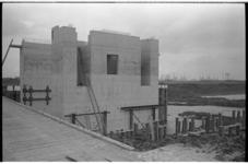 20037-40-22 Werkzaamheden en bouw landhoofd voor de Hartelbrug tussen Spijkenisse en het Botlekgebied. Op de ...