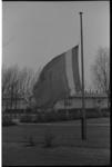 20037-74-40 Vlag halfstok in Ambonezenkamp IJsseloord in Capelle aan den IJssel in verband met excutie van dr. Chris ...
