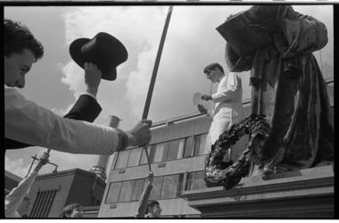 20038-1-12 Eindexamenkandidaten van Erasmiaans Gymnasium leggen bij wijze van kolderieke actie een krans bij het beeld ...