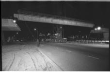 20038-89-0 Nachtwerk aan metroviaduct bij Zuidplein, in de verte de lichtreclames op het Verzamelgebouw Zuid.