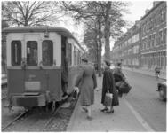 201 Instappende passagiers in een RTM-wagon.