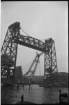 2018-1 De Drijvende bokken Colossus en Hercules passeren de Hefbrug met een brugklap voor de nieuwe Leuvebrug.