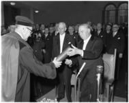 2021 Prof. dr. J. Tinbergen (promotor- links) overhandigt in de Nederlands Economische Hogeschool de bul aan ...