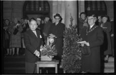 2033-1 Waarnemend burgemeester van Oslo, Brynjulf Bull, (links), stelt de verlichting van Noorse kerstboom voor ...