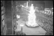 2033-2 Overzicht -vanuit stadhuis- van de verlichte Noorse kerstboom op de Coolsingel.