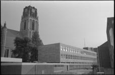 20448-2-18 Gebouw 'De Heuvel' van de Nederlandse Hervormde kerk aan het Grotekerkplein. Links: de Grote of Sint-Laurenskerk.
