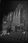 20450-7-0 Het orgel in de grote zaal van De Doelen in aanbouw.