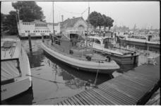 20453-4-17 Nieuwe motorreddingsboot Javazee in de Veerhaven met op de achtergrond het oude botenhuis en ...