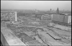 20454-1-31 Gezicht (vanaf postgebouw) op het Weena na de metrobouw. Links: de Delftsestraat en het Shellkantoor, in het ...