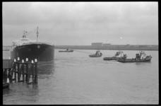 20467-5-28 Vijf slepers schieten op de Nieuwe Waterweg, ter hoogte van Maassluis, het onder Liberiaanse vlag varende ...