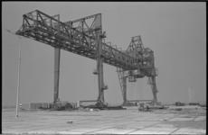 20472-2-15 Containerkraan van Bell Line in de Beneluxhaven voor containerdienst naar Engeland.