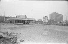 20482-6-11 Centrale post RET en busstation in aanbouw op Stationsplein. Rechts het postkantoor aan de Delftsestraat.