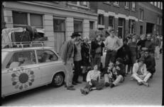 20497-5-34 De Kabaret Karavaan van Peter Blanker (links) op weg naar Istanbul vanaf kunstenaarsocieteit aan de ...
