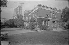 20499-5-32 Volksuniversiteit aan de Westzeedijk bestaat 50 jaar. Op de achtergrond het in aanbouw zijnde gebouw van de ...
