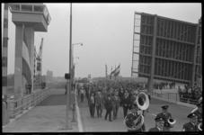 20504-6-8 Een gezelschap loopt de Giessenbrug over, nadat die is geopend door wethouder J. Worst in aanwezigheid van ...