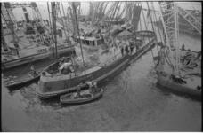 20514-2-27 De beschadigde sleepboot Vikingbank van de Nieuwe Rotterdamse Sleepdienst wordt gelicht door bokken van Van ...