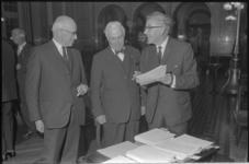 20522-7-20 Burgemeester W. Thomassen (r) op het jaarfeest van de Medische Faculteit. In het midden prof. dr. H.J. ...