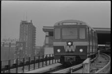 20532-1-28 Metrostel vertrekt vanuit metrostation Zuidplein voor een 'nog' toekomstige rit naar Hoogvliet. Links ...