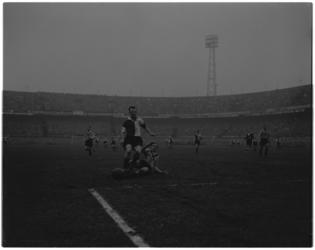 2059-2 Wedstrijdfoto Feyenoord-DOS (4-1) met links toen nog voor DOS Hans Kraay in actie tegen Henk Schouten.
