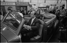 20639-6-8 Burgemeester J. Aantjes van Oud-Beijerland test een politieauto op de 20e huishoudbeurs Femina. Hij bezoekt ...