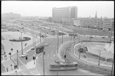 20645-1-2 Vernieuwde Weena richting stationspostkantoor, Centraal Station en Groothandelsgebouw met rechts de fontein ...
