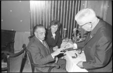 20645-5-23 Uitreiking Lijnbaanring door J.B.W.A. Giesbers voorzitter Vereniging Winkelpromenade Lijnbaan aan J. Alders, ...