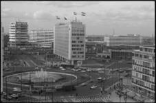 20657-3-35 Hofplein met het nieuwe Shellkantoor. Op de achtergrond scholencomplex Technikon, sportgebouw Akagron en het ...