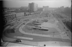 20658-1-3 Het nieuwe busstation op het Stationsplein met links het Centraal Station en in het midden het Weena.