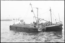 20676-6-18 Bergingswerk in mond Waalhaven door schepen Bergeend en Zeearend na aanvaring gifschip Eljaco met ...