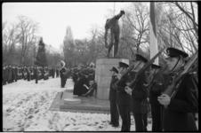 2068 Kranslegging door mariniers bij monument 'de Vallende Man' op begraafplaats Crooswijk.