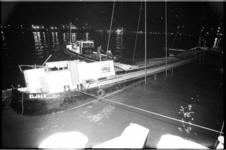 20686-3-39 Lichten van het gezonken binnenvaartschip Eljaco (beladen met insecticiden) in de monding van de Waalhaven.