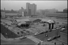 20692-1-35 Voorbereidingen 10e Nationale Speelweek op Schouwburgplein. Rechts de Doelen, midden het Rijnhotel en links ...