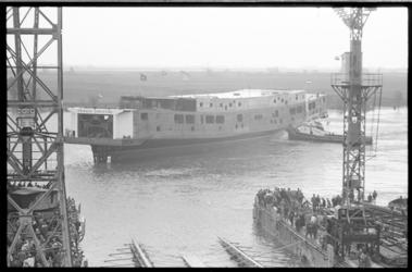 20693-7-16 De dubbeldeks veerboot Prinses Christina voor het veer Kruiningen - Perkpolder wordt te water gelaten bij ...
