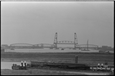 20694-7-11 Zicht op de Spijkenisserbrug over de Oude Maas. De brug verbindt Hoogvliet (links) met Spijkenisse.