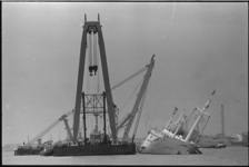20695-6-39 Berging op de Nieuwe Waterweg van de vrachtvaarder Hornland door vijf grote Magnusbokken.