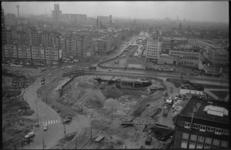 20708-6-13 Werkzaamheden ondertunneling Churchillplein richting Westblaak. Midden het gebouw van het Rotterdams ...