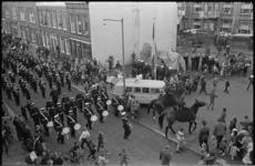 20711-4-22 Mariniers en de Marinierskapel paraderen door Crooswijk in verband met een wijkfeest georganiseerd door ...